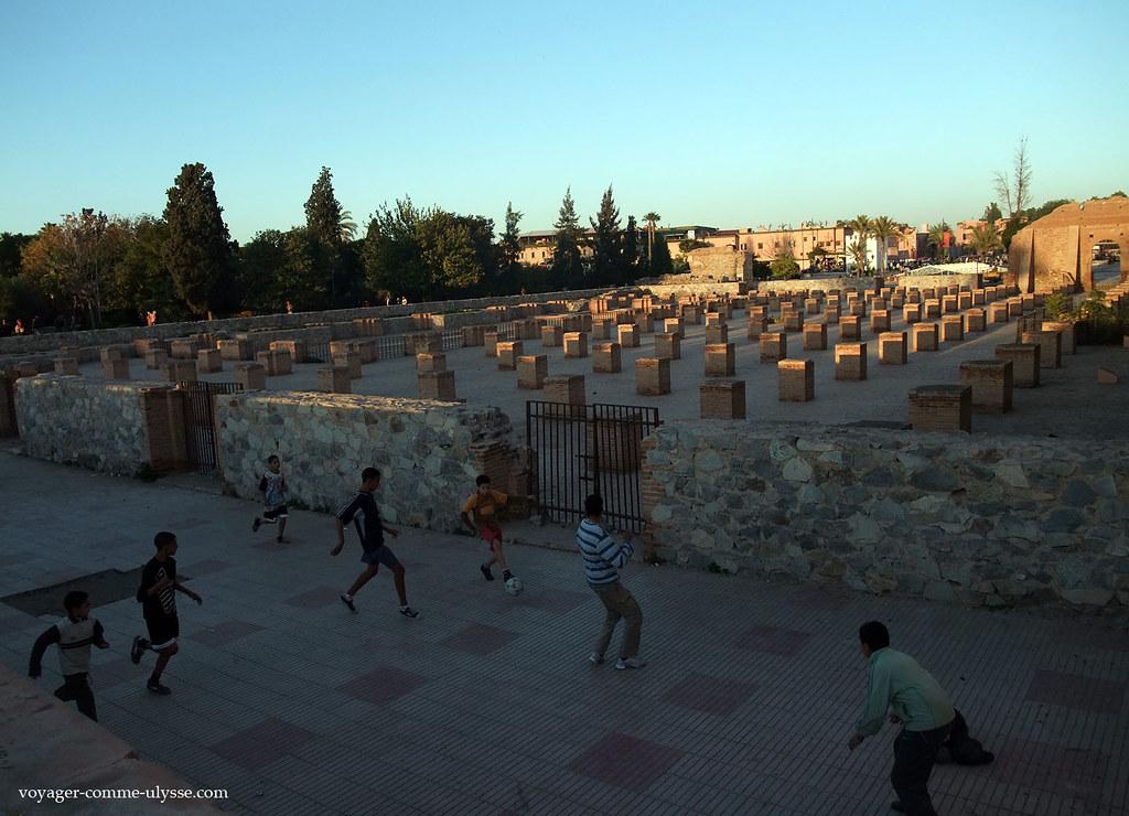 On joue au foot, à l'ombre de la mosquée