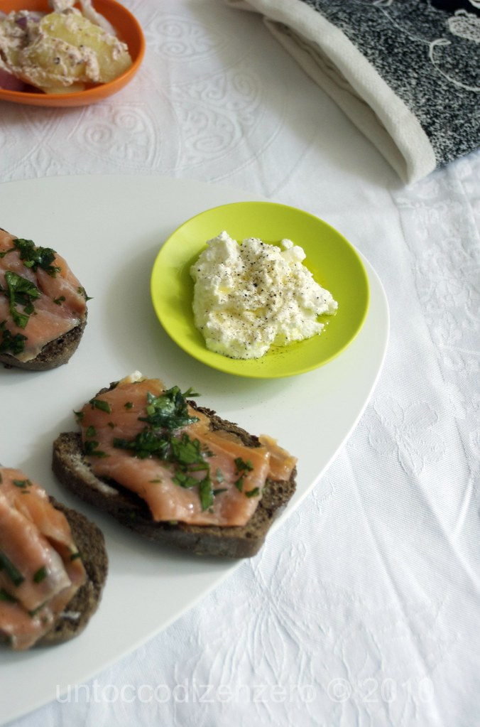 Salmone marinato con estragone e prezzemolo