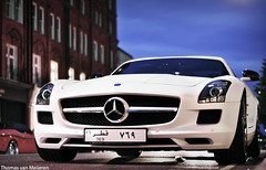 Mercedes-Benz SLS AMG (Thomas van Meijeren) Tags: street white london st night 50mm mercedes benz nikon nightshot harrods 63 arab german f mm f18 18 50 v8 62 v10 sls amg supercars v12 arabs sloane d90 transaxial