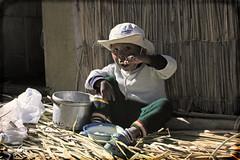 Nuestro pequeo gran anfitrin uro (berlin 611) Tags: titicaca gorro retrato comida per sombrero comer infancia nio isla uro