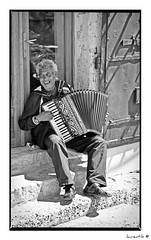 Bosnie - Accordoniste  (laurent-b  (Laurent Boulay)) Tags: voyage old travel bw musician music white black grey gris noir balkans blanc adriatic croatian croatie accordeon balkan serbian bosnian bosnie