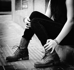 Disorder (Kris *) Tags: street woman white black feet blanco girl canon 350d calle mujer friend chica hand negro amiga pies mano juli disorder julieta botas xkrysx