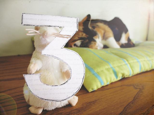 Buscarle tres pies al gato, siendo así que tiene cuatro.