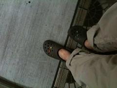 雨が激しいので素足にクロックスで出かけます。冷房のきいた部屋が寒いとアレなので靴下持参