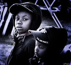 U.S. Air Force Kids (Pjotre7 (www.maartenvandevoort.nl)) Tags: light portrait bw pet white black holland art hat photoshop child sony kinderen kind airshow story cap nik portret usairforce 2010 vliegshow publiek sanicole hx1 sonyhx1 pjotre7