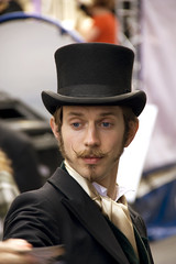 Sombrero y bigote (solifugo) Tags: festival scotland edinburgh retrato fringe escocia sombrero edimburgo hombre clasico bigote robado