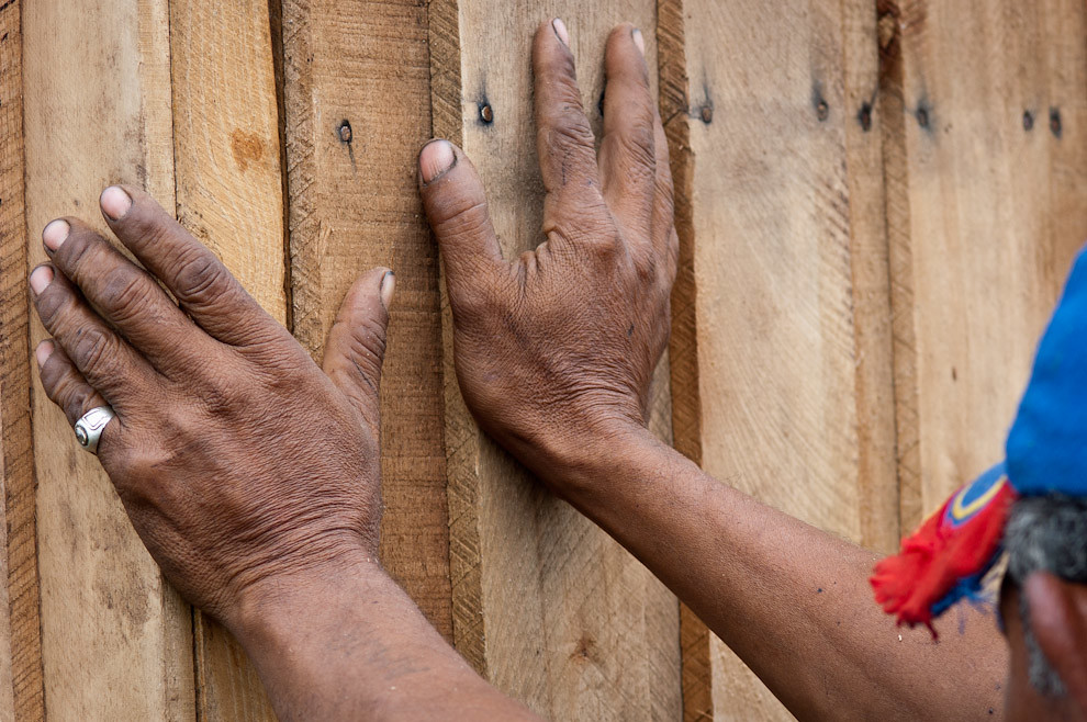 Un favorecido por la campaña ayuda a los voluntarios en la construcción de su casa durante la etapa de armado de los paneles que componen la pared. (Elton Núñez - Asunción, Paraguay)