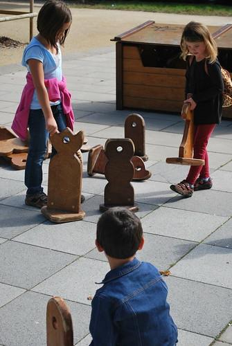 Les enfants s'amusent au jeu d'échec