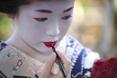 "Kagai in Octorber #1 ""painting lips"" (Onihide) Tags: japan kyoto lips explore maiko octorber kamishichiken   kagai umeyae"