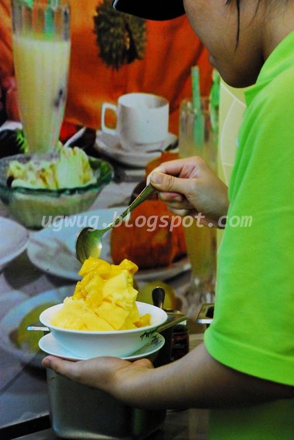 Topping the mango ice shaving