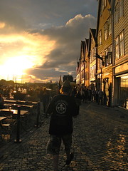 the last Viking? (corrada2000) Tags: light people norway clouds golden licht fan norge leute eveningsun norwegen wolken cobblestone bergen scandinavia viking bryggen ironmaiden abendsonne wikinger kopfsteinpflaster