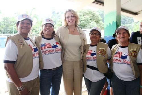 Embajadora Powers visita el barco USS IWO JIMA y los sitios médicos de Promesa Continua 2010