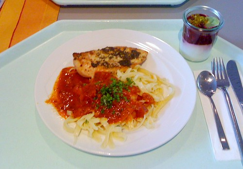 Hühnerbrust mit Basilikumpesto auf Tagliatelle al tomato / Chicken breast with basil pesto on tagliatelle al tomate