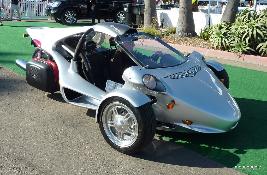 URBAN TRANSPORT T-Rex three-wheeler superbike