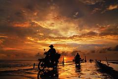 (bibi.barbie) Tags: sunset taiwan silhouettes 夕陽 剪影 雲彩 彰化縣 nikond80 大城鄉 夕陽剪影 bibibarbie