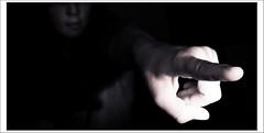 ... y que te señalen con el dedo! (MendaLerenda) Tags: shadow bw blancoynegro monochrome monocromo nikon shadows d70 indoor sombra bn anatomy sombras anatomia foco