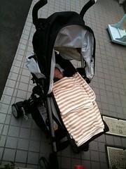 ベビーカー買いました。買ったお店で即赤ちゃんを乗せて今帰ると ころです