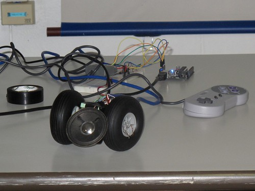 Arduino + controle de SNES + servomotores + alto falante - Foto por Tatiana Al-Chueyr na Latinoware 2010
