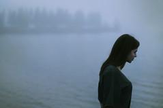 [フリー画像] 人物, 女性, 人と風景, 湖・池, 横顔, 201012071500