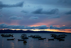 Chega a noite no porto (Debora Atuy) Tags: titicaca barcos noite ocaso duetos deboraatuy