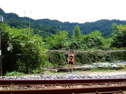 火車過去後,留下小椰子驚恐的臉。我們真的逃過了一劫。