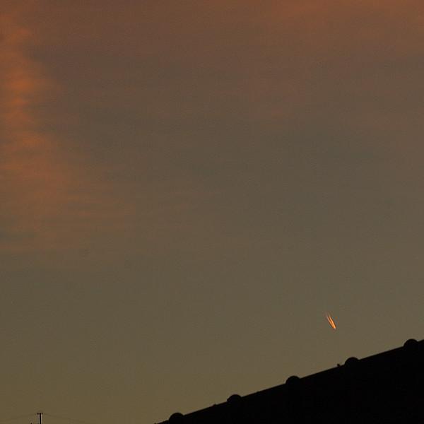 朝焼けの飛行機雲