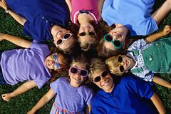 [フリー画像] 人物, 子供, 集団・グループ・群衆, サングラス, アメリカ人, 201009101300