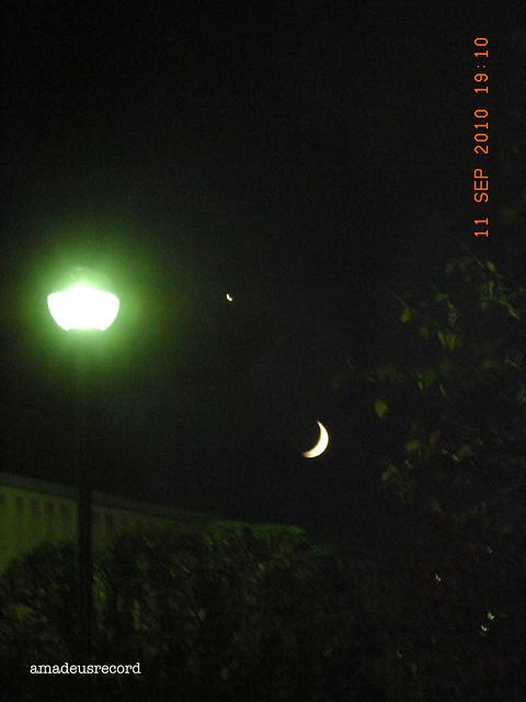 月が反旗をおろしているの