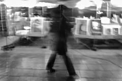 La passante (hub2phot) Tags: bw nb flou personnage passante