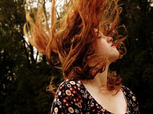 フリー写真素材, 人物, 女性, 髪がなびく, 目を閉じる,