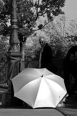 lampadaire frileux (lachaisetriste) Tags: portrait blackandwhite bw paris nikon noiretblanc montmartre nb rue lampadaire parapluie d700 expressyourselfaward 4tografie photoàlavolée