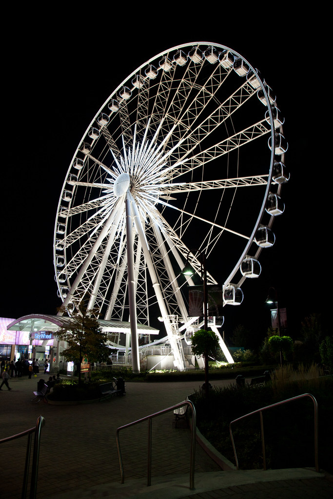Skywheel [EOS 5DMK2 | EF 24-105L@24mm | 1/15 s | f/7.1 | ISO800]
