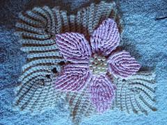 flor de macrame com folha de croche (E l i a n a R e i n a l d o) Tags: flores flor macrame croche grampo grampada flordecroche pérolasfolhastoalhasbarrado