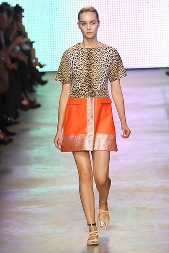 GIAMBATTISTA-VALLI-SPRING-RTW-2011-PODIUM-022_show_fullscreen_view