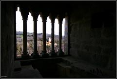 Partie d'checs a la fentre du donjon. (Pemisera) Tags: castle prigord chteau castillo checs castell donjon fentre chteaudecommarque chteaudelaussel partiedchecs rocchecastelli rocchefariecastellicastleslighthosesbelltowers pemisera