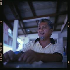 SHUTTERHACK (Arif Kori (  )) Tags: portrait people 120 6x6 tlr film mediumformat photography kodak seagull squareformat malaysia tt terengganu twinlensreflex warung kualaterengganu tehtarik 75mmf35 kodakektacolorpro160 autaut fadzlymubin shutterhack gongbadak seagull4 arifkori suducarik