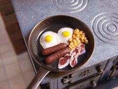 Miniature Food - British Breakfast Pan (PetitPlat - Stephanie Kilgast) Tags: english breakfast tomato egg polymerclay fimo tiny sausages british minifood bakedbeans minis dollhouse frhstck djeuner dollshouse fauxfood puppenhaus petitplat minaiturefood minaituren stephaniekilgast