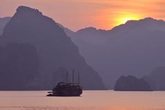 Sunset Ha Long Bay (joeychiu) Tags: sunset nikon dusk halongbay d300 evaair 18200mm   joeychiu