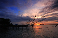 Chinese fishing nets of Kochi (AgniMax) Tags: travel sunset sea cloud india nature silhouette horizontal outdoors photography fishing dusk chinese wideangle nopeople kerala cochin kochi kochin chinesefishingnets tranquilscene fishingnets 10mm chinesenets fortkochi fortcochin woodenpost beautyinnature fishingindustry 1020sigma fortkochin commercialfishingnet