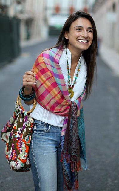 Tudo aquilo que as cores vivas dum bazar turco precisam para brilhar é dum sorriso e dum fundo branco