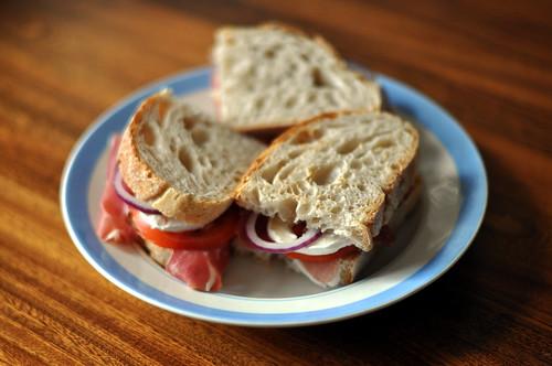 Sandwich med parmaskinke, gedeost og tomat