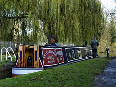 Waiting in the Lock (cycle.nut66) Tags: red tree green art water boat canal arm lock union grand willow aylesbury narrowboat narow