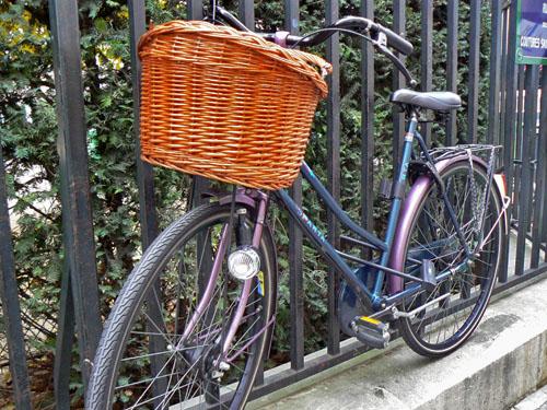 le vélo sur la grille.jpg