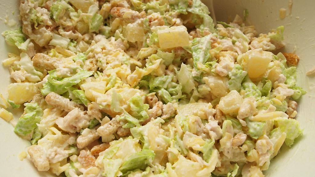Салат с капустой и сухариками и огурцами