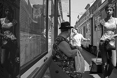 untitled (Donato Buccella / sibemolle) Tags: street blackandwhite bw italy woman milan reflection girl milano streetphotography tram fermata cordusio canon400d sibemolle mg82542 fermatatanz