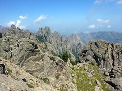 Voie de montée au sommet de Punta di Quercitella : vue vers le N (Samulaghja, Ferru, Bonifacio) et le dernier col à droite