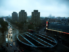 Plac Grunwaldzki w deszczu (Olgierd Pstrykotwrca) Tags: city rain lights town neon traffic poland polska polen centrum wroclaw deszcz miasto wrocaw breslau korek wiata placgrunwaldzki rondoreagana