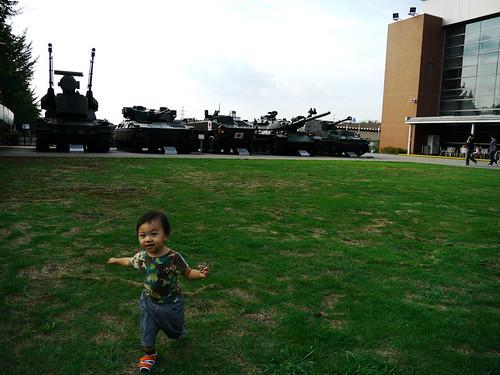 戦車をバックにはしゃぐ石丸ジュニア