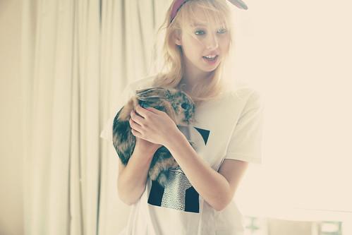 [フリー画像] 人物, 女性, 動物, 哺乳類, 兎・ウサギ, 金髪・ブロンド, オーストラリア人, 201105112100