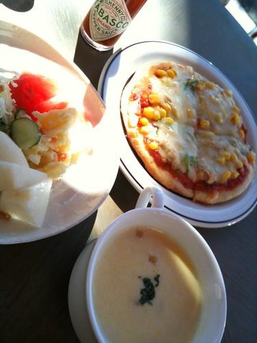 サラダとスープとピザセットです。庶民的な感じ。